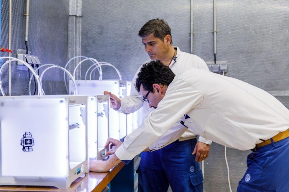 Práca na 3D tlačiarňach vo firme